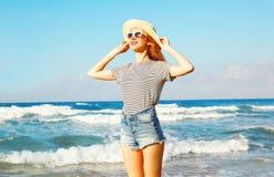 Retrato da mulher de sorriso feliz na praia sobre o mar no verão foto de stock