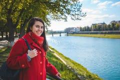 Retrato da mulher de sorriso feliz que está perto do rio da cidade imagem de stock