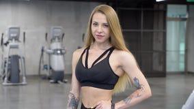 Retrato da mulher de sorriso nova da aptidão no gym vídeos de arquivo