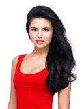 Retrato da mulher de sorriso nova com cabelo marrom longo. Fotos de Stock