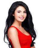 Retrato da mulher de sorriso nova com cabelo marrom longo Fotografia de Stock Royalty Free