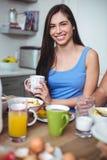 Retrato da mulher de sorriso que guarda o copo de café imagens de stock royalty free