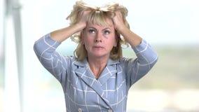 Retrato da mulher desesperada no fundo borrado video estoque