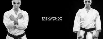 Retrato da mulher desportiva do karaté e do taekwondo no quimono branco com o cinturão negro no fundo escuro Foto de Stock Royalty Free