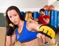 Retrato da mulher do aerobox do encaixotamento no gym da aptidão fotos de stock royalty free