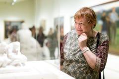 Retrato da mulher do aposentado que olha atentamente esculturas fotos de stock