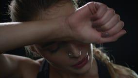 Retrato da mulher do esporte no fundo preto Feche acima da cara da mulher do suor video estoque
