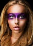 Retrato da mulher do estilo com composição violeta vívida. Arco-íris Fotografia de Stock