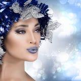 Retrato da mulher do inverno da beleza com penteado do feriado. Estilo de Vogue Imagens de Stock Royalty Free