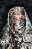 Retrato da mulher do Islã no hijab, chador no backgound escuro fotos de stock royalty free