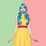 Retrato da mulher do pop art que veste a peruca encaracolado azul imagens de stock