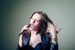 Retrato da mulher do sexi que usa o hairbtush em vez de Fotos de Stock