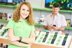 Retrato da mulher do vendedor na loja da eletrônica foto de stock royalty free