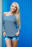 Retrato da mulher do verão no fundo azul imagens de stock royalty free