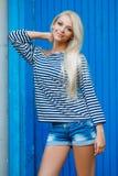 Retrato da mulher do verão no fundo azul fotos de stock