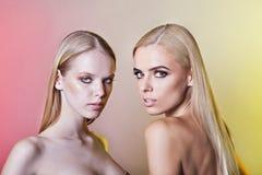 Retrato da mulher dois com o cabelo louro feito no estúdio Fotografia de Stock