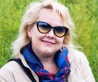 Retrato da mulher dos anos de idade 40 fora Fotos de Stock Royalty Free