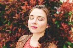 Retrato da mulher dos anos de idade dos jovens 25-30 Fotos de Stock