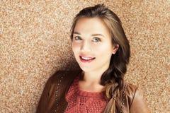 Retrato da mulher dos anos de idade dos jovens 25-30 Imagens de Stock Royalty Free