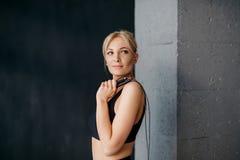 Retrato da mulher dos esportes com corda de salto em seu ombro imagem de stock