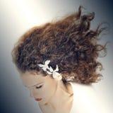 Mulher elegante com cabelo encaracolado fotografia de stock