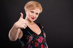 Retrato da mulher elegante fresca que mostra como o gesto Imagem de Stock Royalty Free