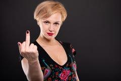 Retrato da mulher elegante fresca que mostra o dedo médio Foto de Stock Royalty Free