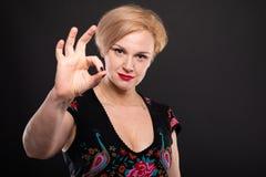 Retrato da mulher elegante fresca que mostra o gesto aprovado Fotografia de Stock Royalty Free