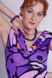 Retrato da mulher em um vestido do lilac fotos de stock royalty free