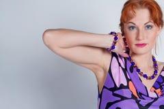 Retrato da mulher em um vestido do lilac foto de stock