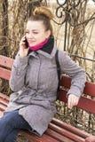 Retrato da mulher europeia do blondie bonito da forma que fala no telefone Sorriso de brilho Foto de Stock Royalty Free