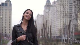 Retrato da mulher feliz após a compra na cidade video estoque