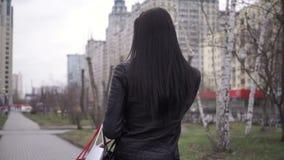 Retrato da mulher feliz após a compra na cidade vídeos de arquivo