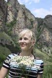 Retrato da mulher feliz com camomiles Fotografia de Stock Royalty Free