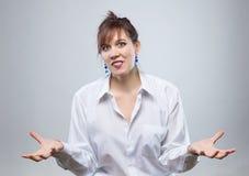 Retrato da mulher feliz com mãos abertas Fotos de Stock Royalty Free