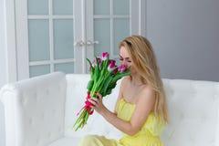 Retrato da mulher feliz com ramalhete da tulipa 8 de março o dia das mulheres internacionais Imagem de Stock Royalty Free