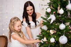 Retrato da mulher feliz e sua de filha pequena que decoram Chris imagens de stock