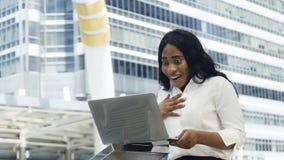 Retrato da mulher feliz e surpreendente do africano do negócio Foto de Stock Royalty Free