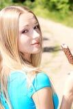 Retrato da mulher feliz nova que come o gelado Fotos de Stock Royalty Free