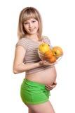 Retrato da mulher gravida com frutas no prato imagens de stock royalty free