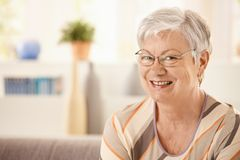 Retrato da mulher idosa feliz Fotografia de Stock Royalty Free