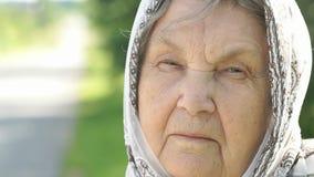 Retrato da mulher idosa madura séria Close-up vídeos de arquivo
