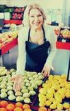 Retrato da mulher idosa que trabalha no mantimento Imagens de Stock