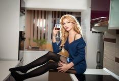 Retrato da mulher justa sensual do cabelo na cozinha moderna Foto de Stock