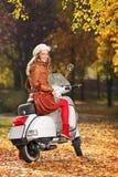 Retrato da mulher lindo em um 'trotinette' Fotografia de Stock Royalty Free