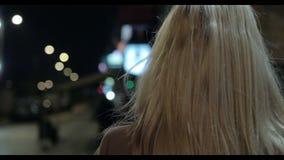 Retrato da mulher loura bonita na rua na noite vídeos de arquivo