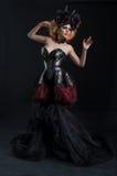 Retrato da mulher loura bonita no espartilho 'sexy' escuro imagem de stock