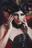 Retrato da mulher loura bonita no espartilho 'sexy' escuro Fotografia de Stock Royalty Free