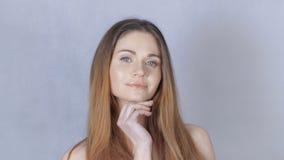 Retrato da mulher loura bonita no fundo cinzento filme
