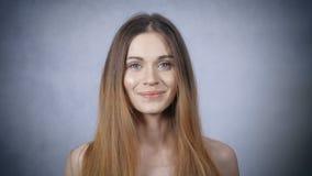 Retrato da mulher loura bonita no fundo cinzento vídeos de arquivo